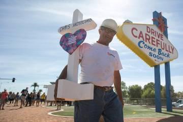 Greg Zanis, de Aurora, Illinois, carga con una de las 58 cruces que instaló cerca del letrero ...
