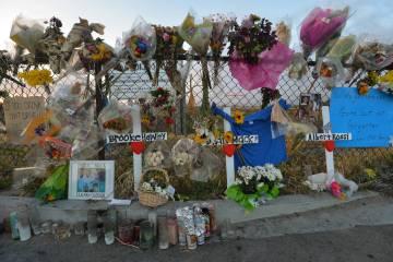 Artículos exhibidos durante un velorio en Knickerbocker Park en Las Vegas el viernes, 30 de ma ...