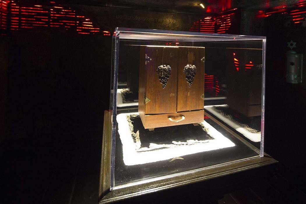 La caja Dybbuk, que se dice que es el objeto más embrujado del mundo, se exhibe en el Museo Ha ...