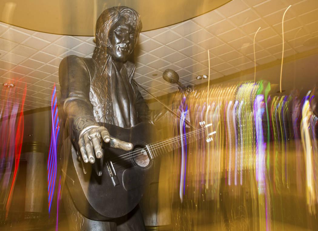 Una estatua de Elvis Presley en el vestíbulo del Westgate en Las Vegas, 11 de julio de 2019. ( ...