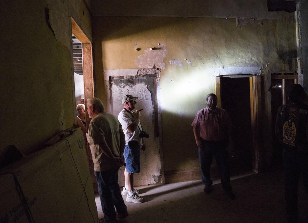 Steve Helt, del centro de Las Vegas, enciende una linterna mientras recorre el Goldfield Hotel ...