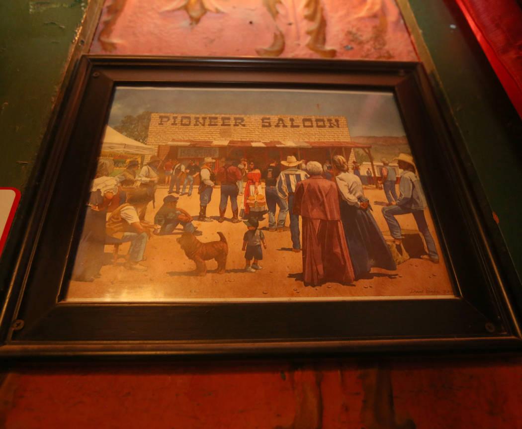 Una pintura enmarcada cuelga en el comedor del Pioneer Saloon en Goodsprings, 31 de julio de 20 ...