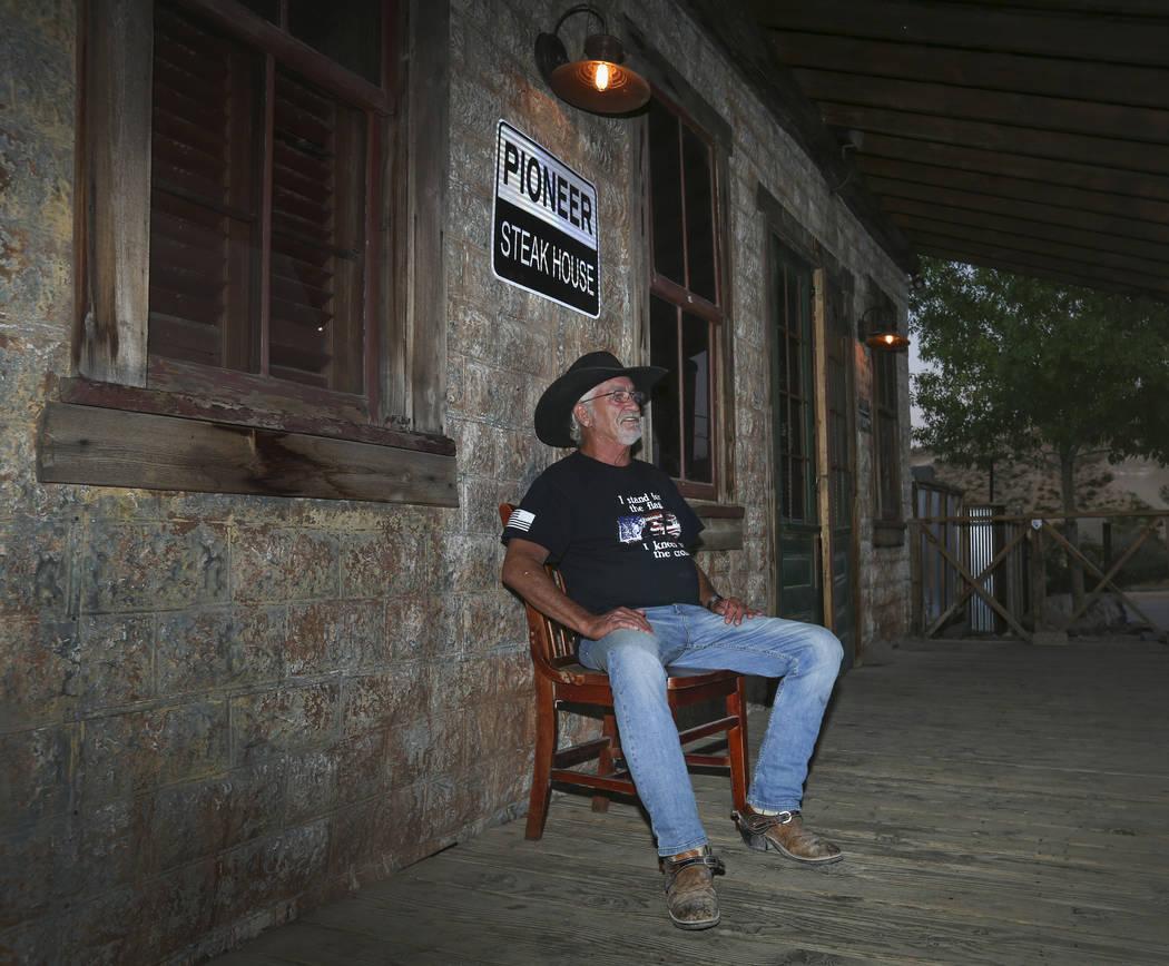 Jeff Humpres, de 64 años, de Sandy Valley, se relaja en la parte delantera del Pioneer Saloon ...