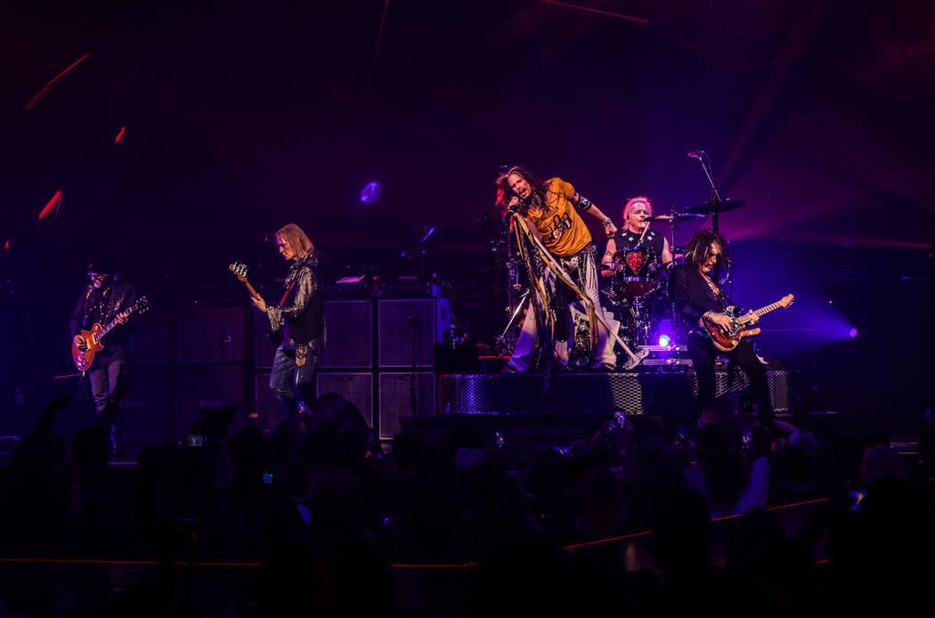 """Aerosmith se presenta en la noche de apertura de su residencia """"Deuces Are Wild"""" en el Park The ..."""