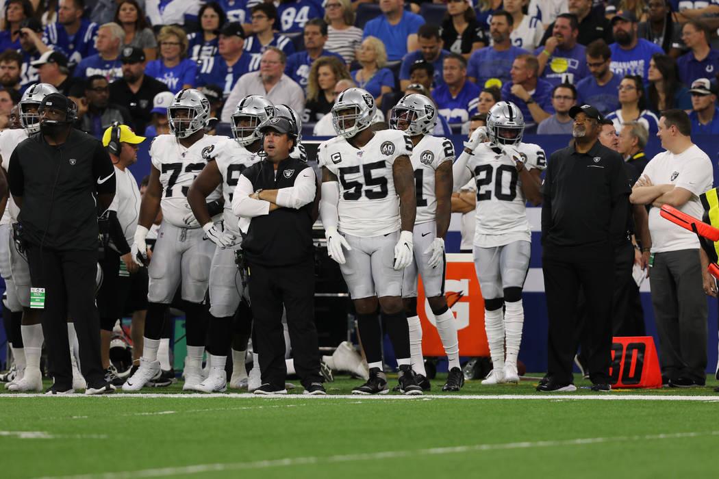 El linebacker externo de los Oakland Raiders, Vontaze Burfict (55), se encuentra en la banca a ...