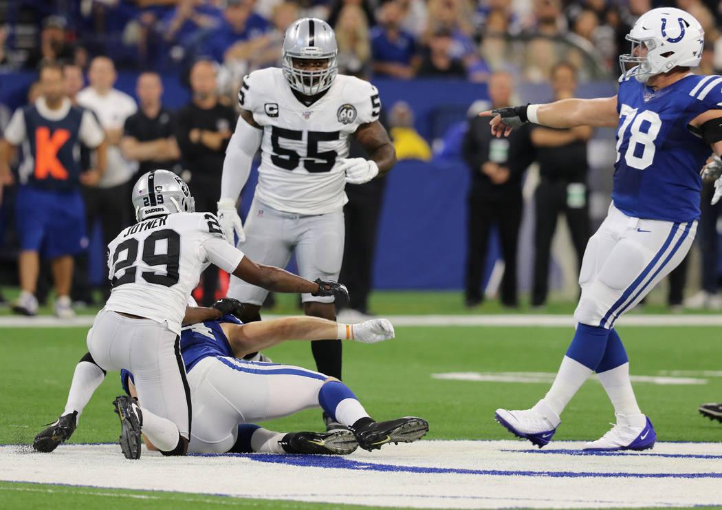 El centro de los Indianapolis Colts, Ryan Kelly (78), señala al linebacker de los Oakland Raid ...