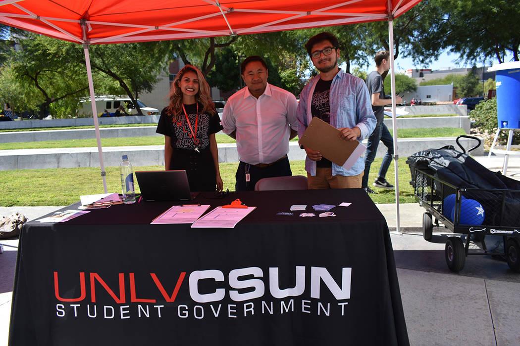 Miembros del Gobierno Estudiantil de UNLV CSUN estuvieron registrando a personas para votar dur ...