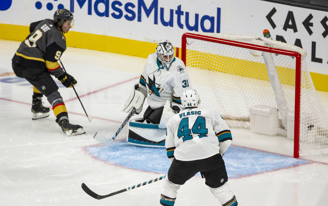 El centro de los Vegas Golden Knights, Cody Glass (9), anota contra el portero Martin Jones (31 ...