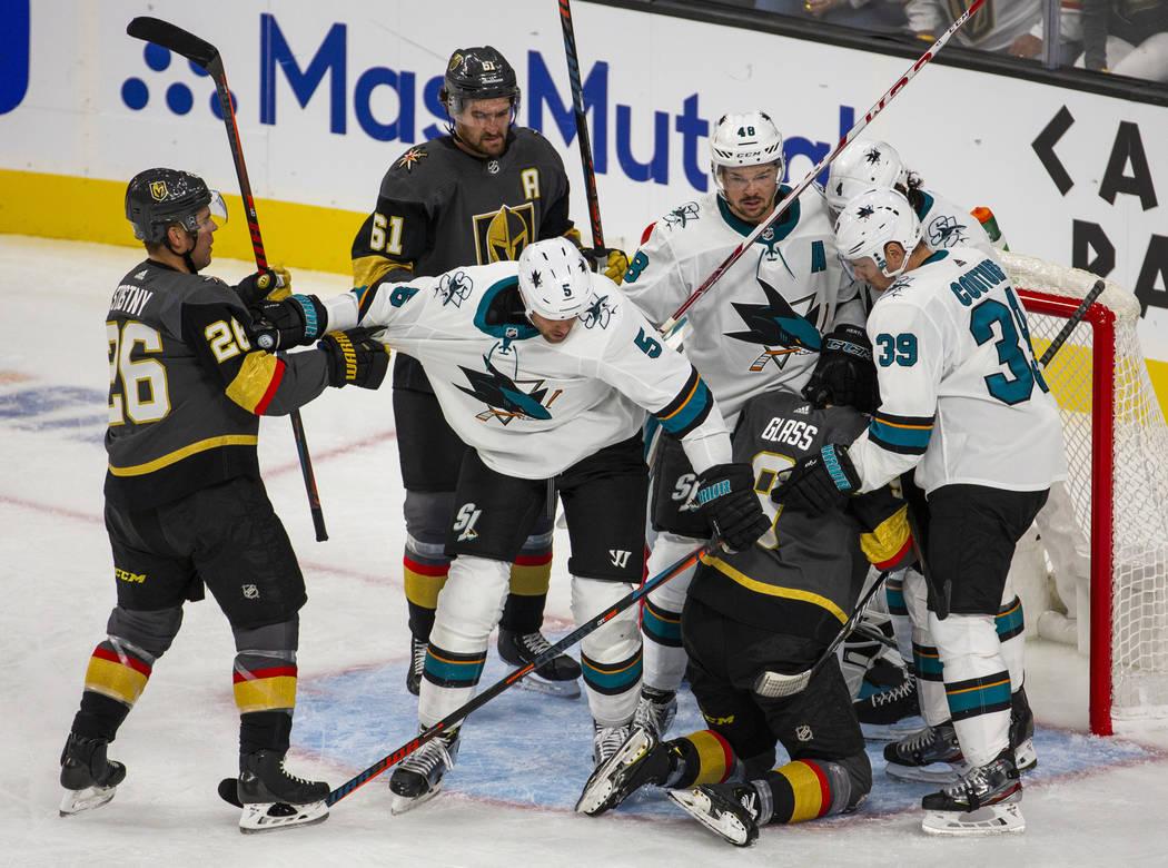 Los jugadores de los Vegas Golden Knights y San José Sharks pelean en la red luego de un gol c ...