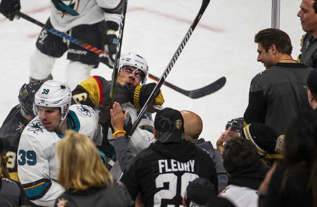 El ala derecha de los San José Sharks, Timo Meier (28, derecha) recibe un puñetazo en la cara ...