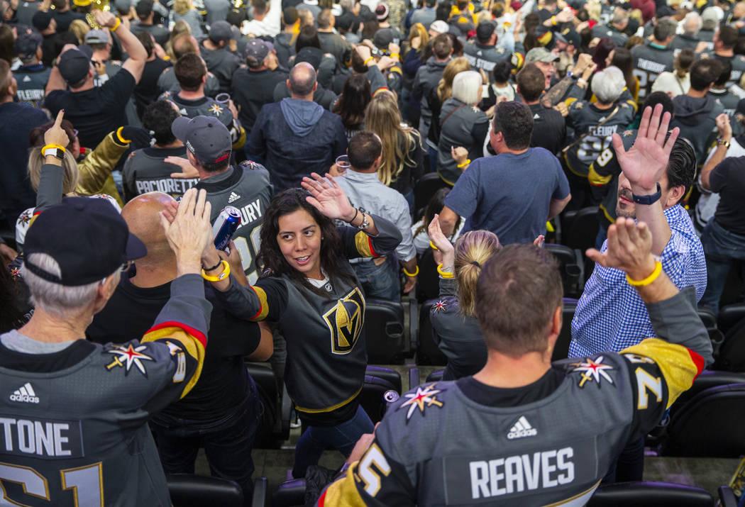 Los fans de los Vegas Golden Knights celebran otro gol sobre los San José Sharks durante el te ...