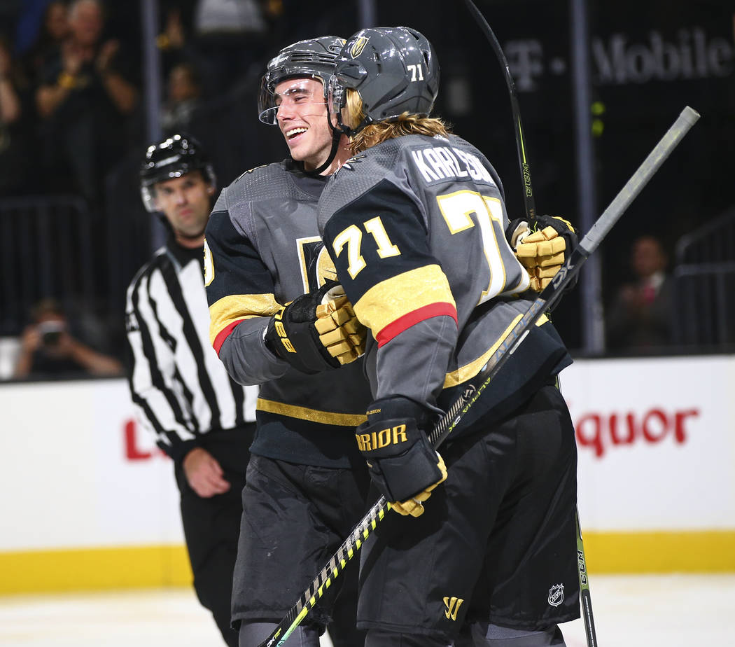 Reilly Smith, de los Golden Knights, a la izquierda, y William Karlsson (71), celebran un gol c ...