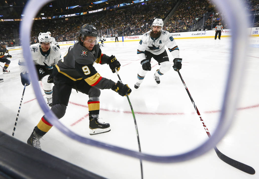 Cody Glass de los Golden Knights (9), mueve el puck contra Brent Burns de los San José Sharks ...
