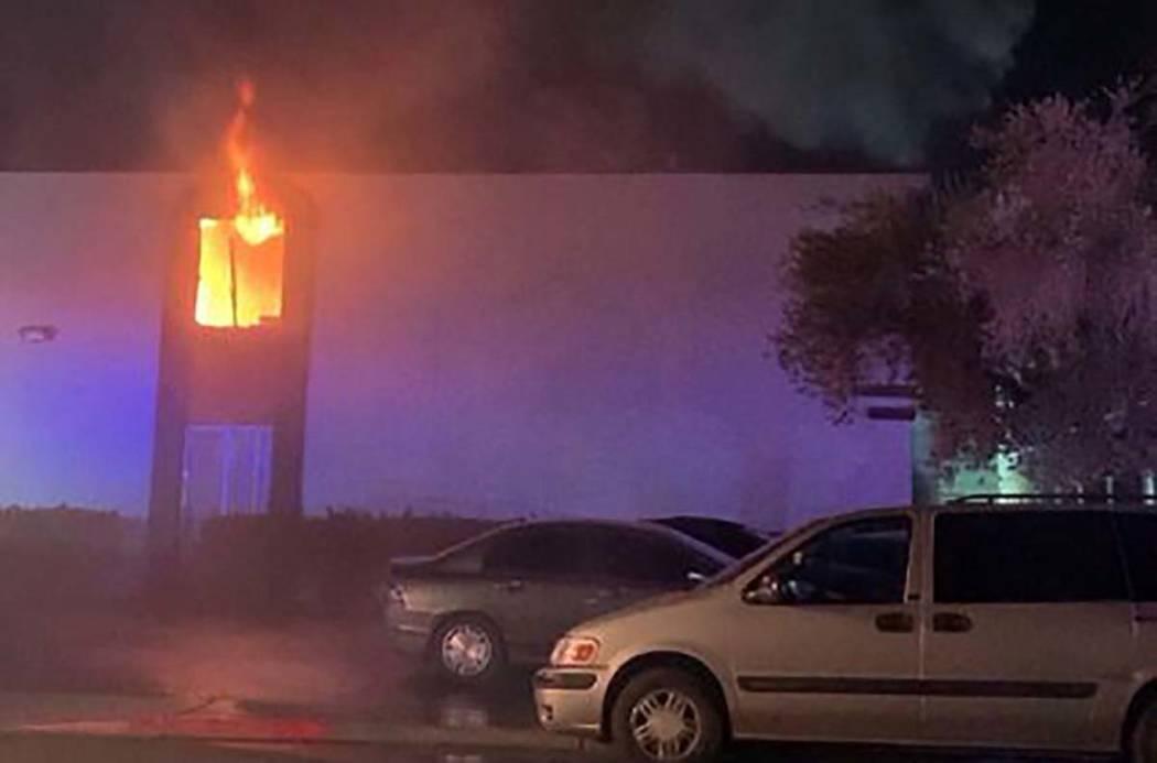 Las llamas se ven desde un apartamento del segundo piso en 4264 Silver Dollar Ave. en el centro ...