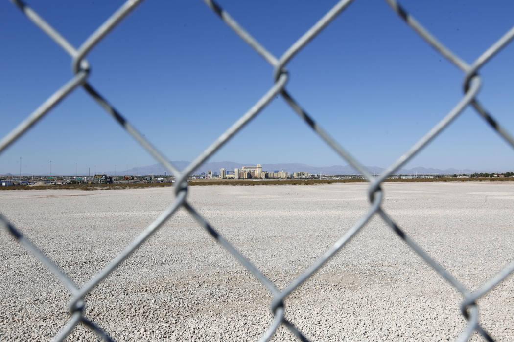Un terreno que se vendió recientemente se muestra cerca de la intersección entre Starr Avenue ...