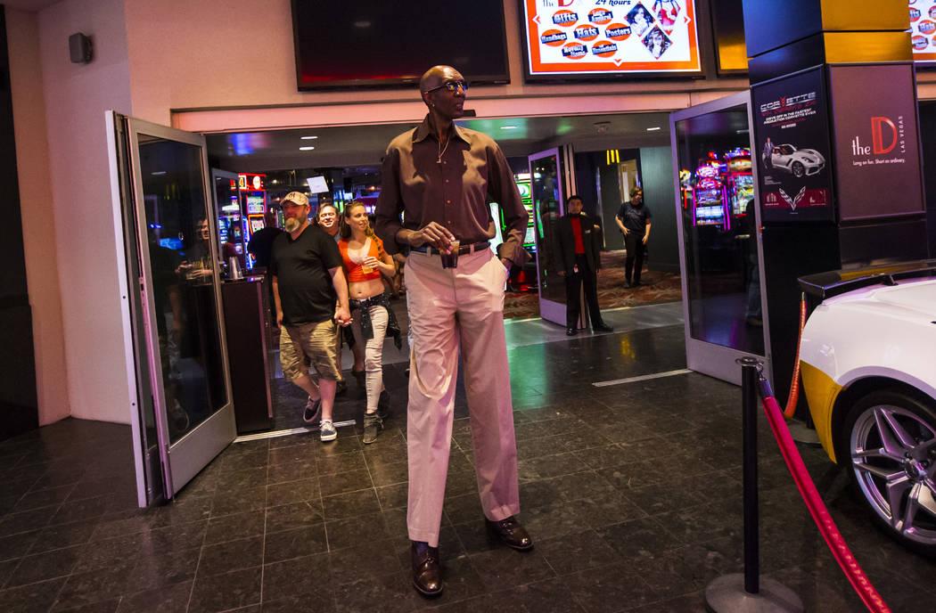George Bell, que mide 7 pies y 8 pulgadas de alto, camina afuera de The D Las Vegas en el centr ...