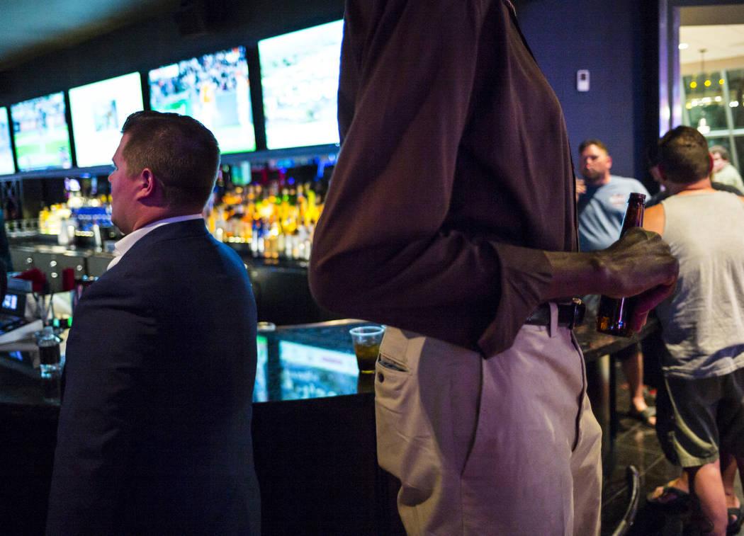 George Bell, que mide 7 pies y 8 pulgadas de alto, toma una cerveza en el centro de Las Vegas e ...