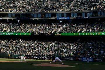 Los fans en el RingCentral Coliseum observan al lanzador de los Athletics de Oakland, Sean Mana ...