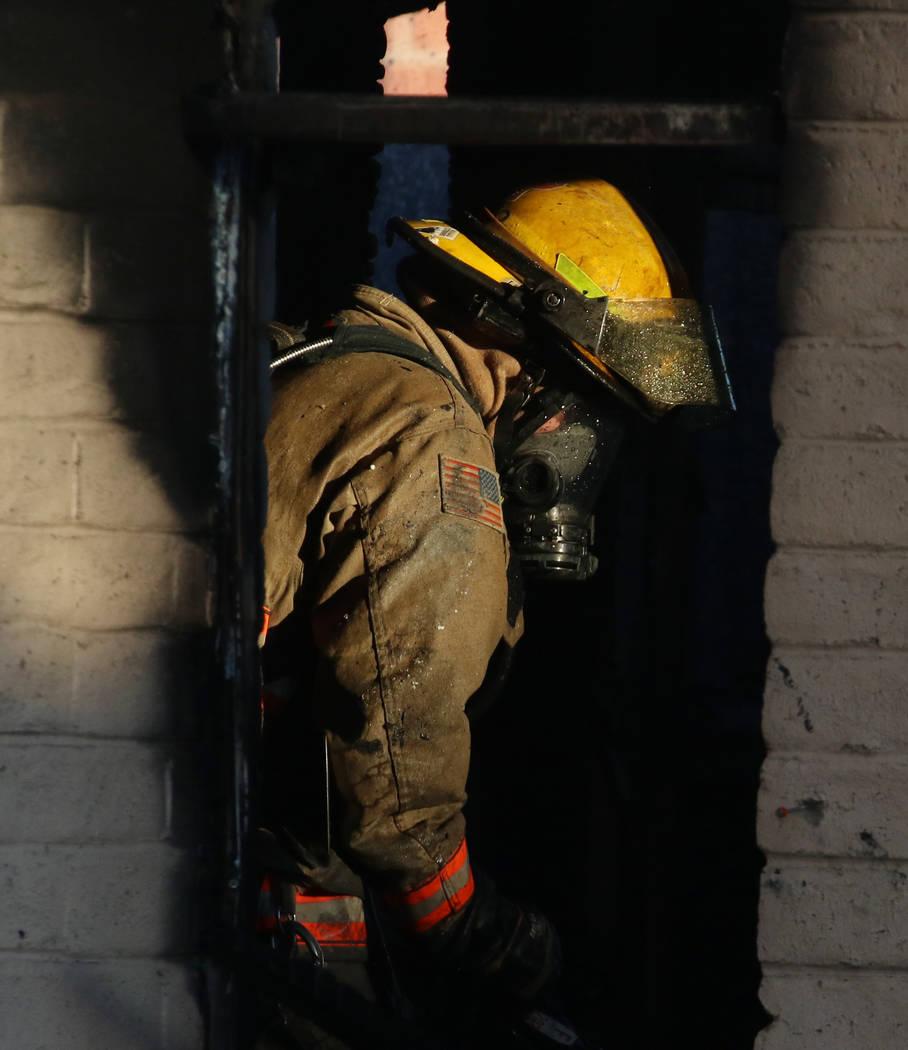 Un bombero del Condado de Clark combate un incendio en un área comercial en 824 E. Sahara Ave. ...