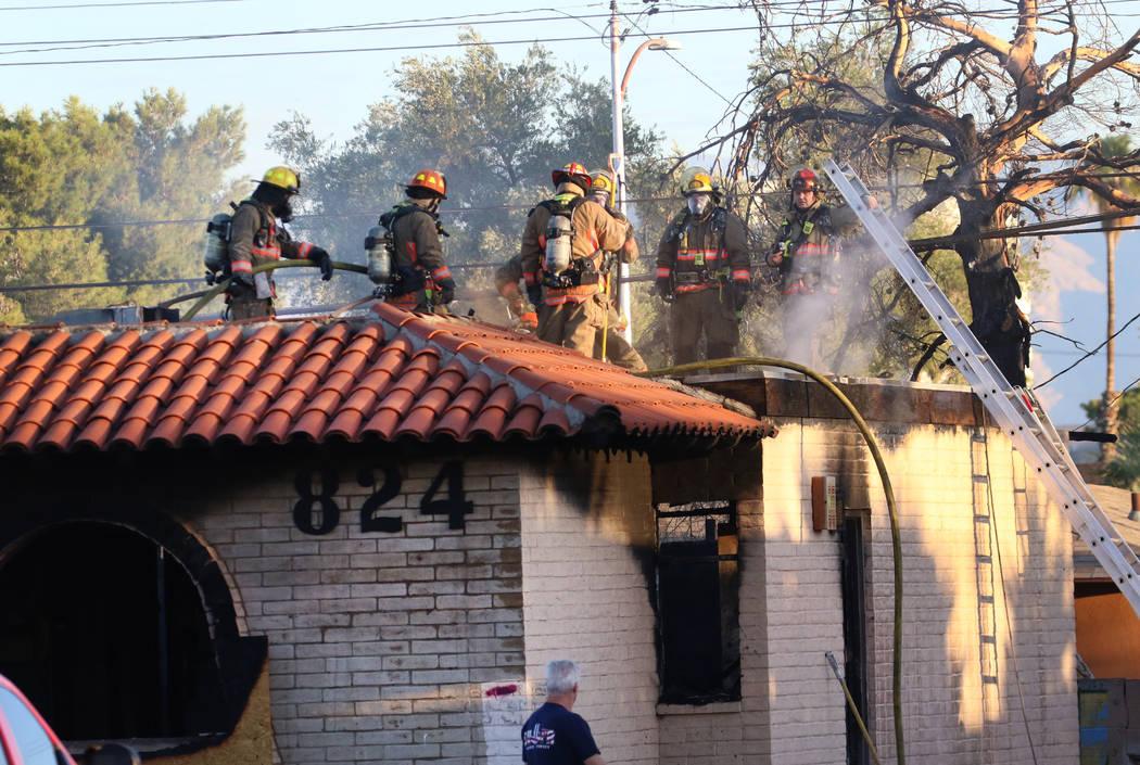 Bomberos del Condado de Clark y Las Vegas combaten un incendio en un área comercial en 824 E. ...