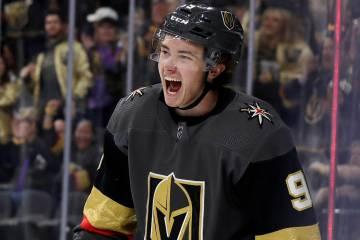 El centro de los Vegas Golden Knights, Cody Glass, reacciona después de anotar contra los San ...