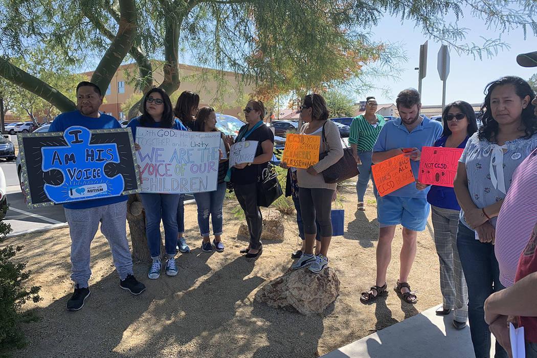 Los padres de estudiantes de educación especial realizan una protesta el lunes, 7 octubre de 2 ...