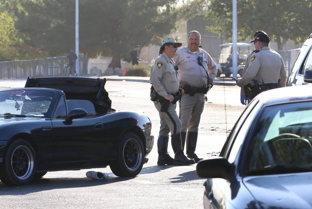 La policía de Las Vegas investiga un accidente en Harmon Avenue y Sandhill Road en el este de ...