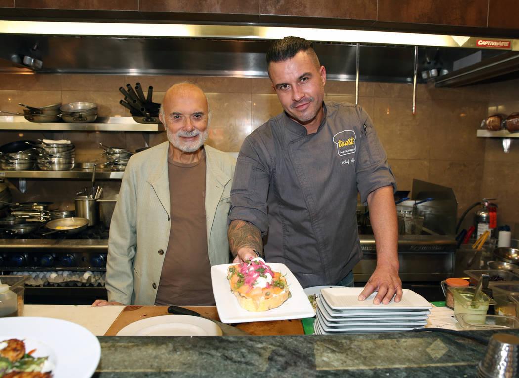 Sami Ladeki, izquierda, propietario de Toasted Gastrobrunch, y el chef ejecutivo, Alfie Szepret ...