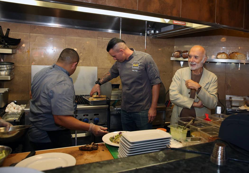 Sami Ladeki, derecha, propietario de Toasted Gastrobrunch, revisa su cocina en 9516 W.Flamingo ...