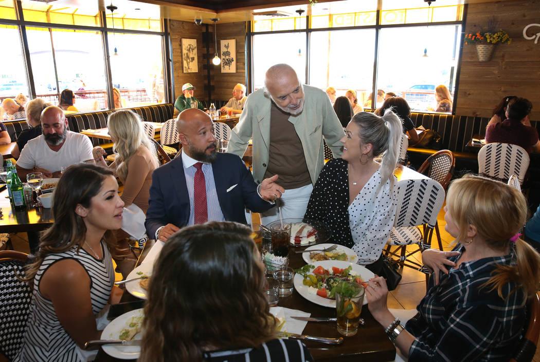 Sami Ladeki, derecha, propietario de Toasted Gastrobrunch, habla con sus clientes en 9516 W.Fla ...
