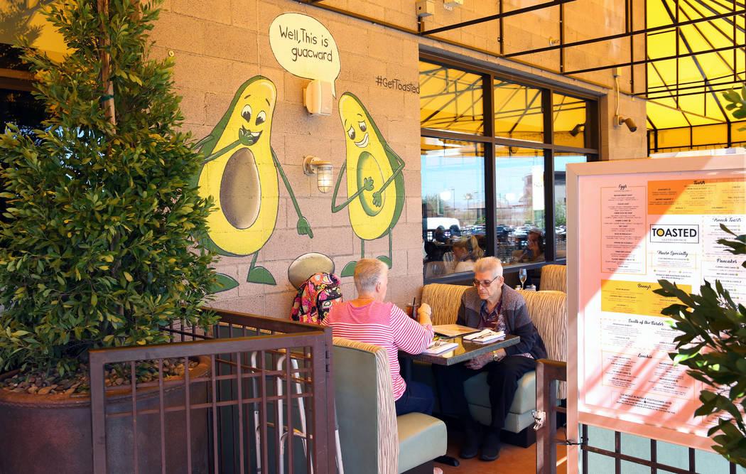Los clientes comen en Toasted Gastrobrunch en 9516 W.Flamingo Road el jueves, 3 de octubre de 2 ...