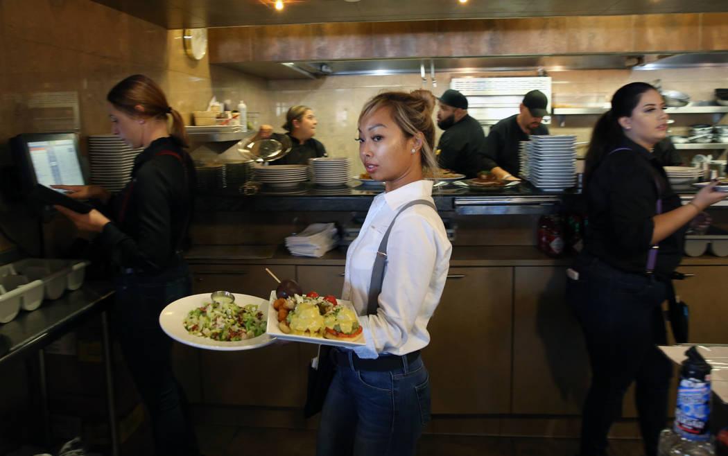 Heather Pascua sirve comida en Toasted Gastrobrunch en 9516 W.Flamingo Road el jueves, 3 de oct ...
