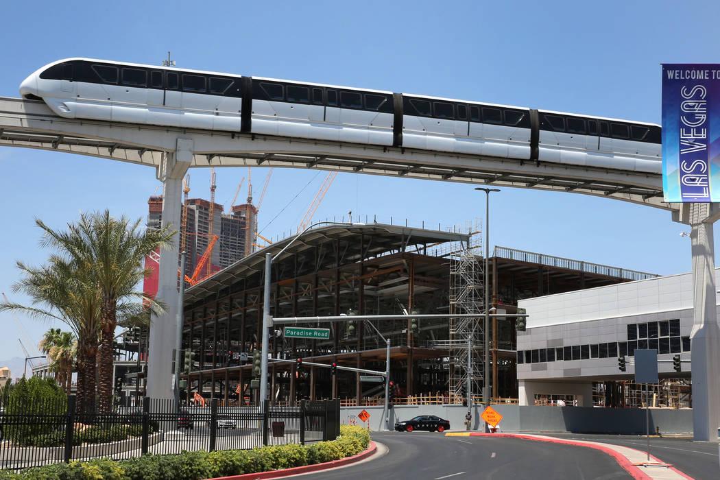 El monorraíl de Las Vegas pasa la expansión del Centro de Convenciones de Las Vegas el martes ...