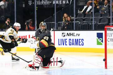 Brad Marchand (63), de Boston Bruins, marca un gol ante el portero de los Golden Knights, Marc- ...