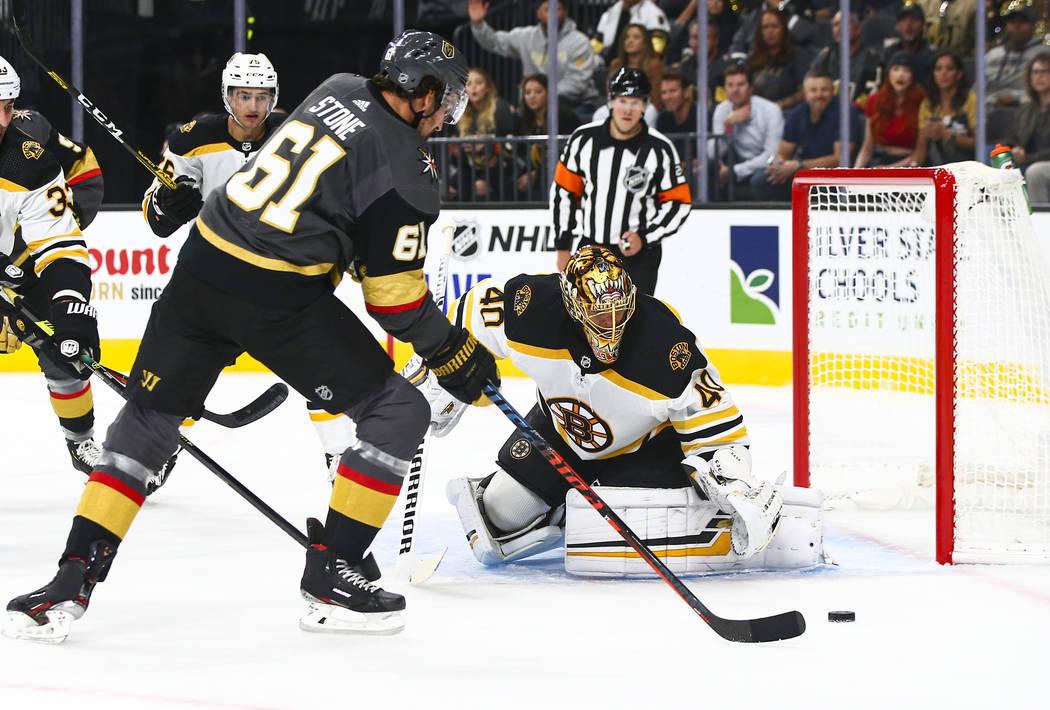 Mark Stone (61), de los Golden Knights, intenta pasar el disco ante el portero de los Bruins, T ...