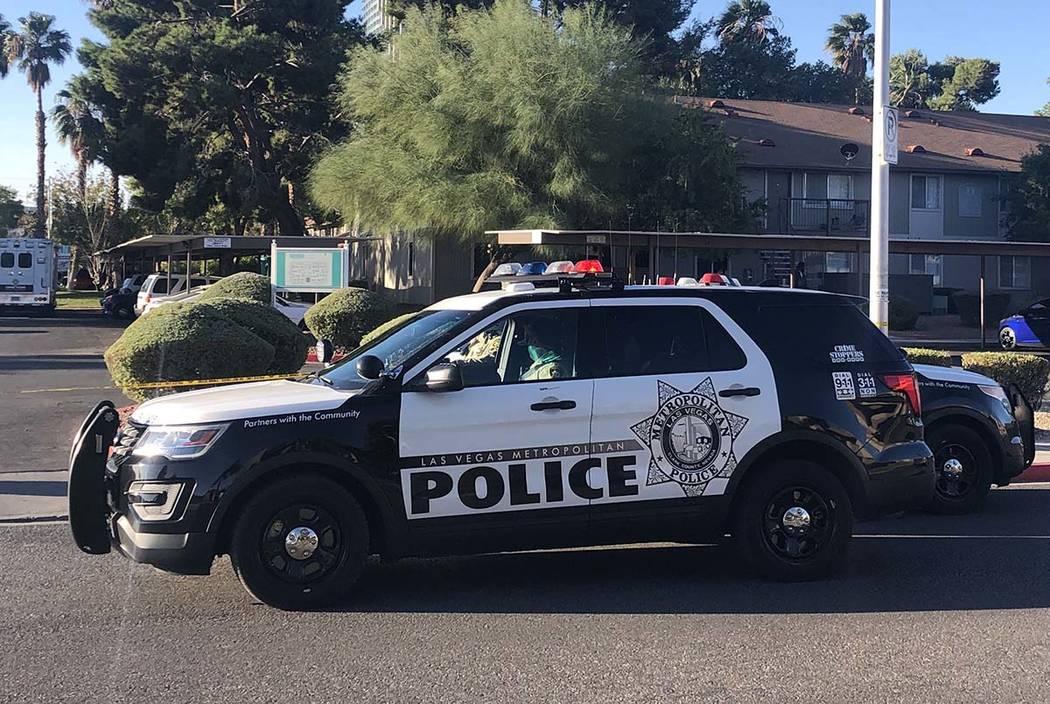 La policía de Las Vegas investiga una muerte a tiros en un complejo de apartamentos en la cuad ...