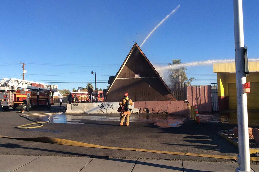 Los equipos del Departamento de Bomberos de Las Vegas apagaron un incendio en un restaurante va ...