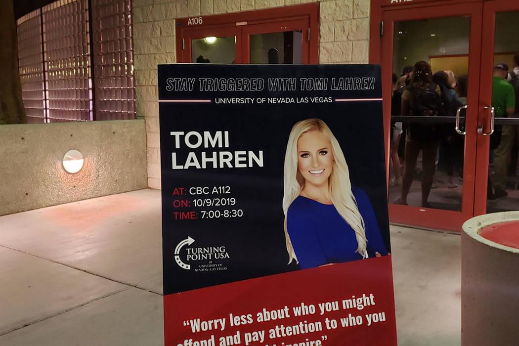 La ex alumna de la UNLV, Tomi Lahren, regresó al campus el miércoles 9 de octubre de 2019 par ...
