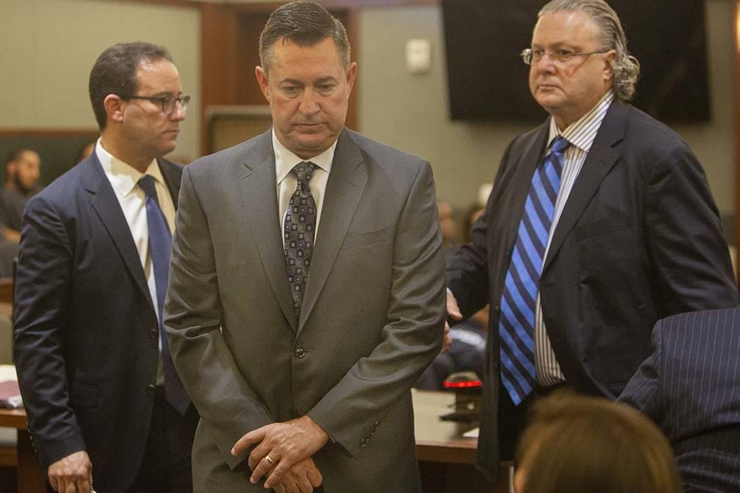 Scott Gragson, al centro, sale de la corte luego de su audiencia por un accidente fatal con sus ...