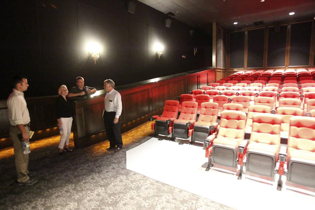 El teatro Wayne Newton en la esquina de las carreteras Sunset y Pecos en 2013. Desde la izquier ...