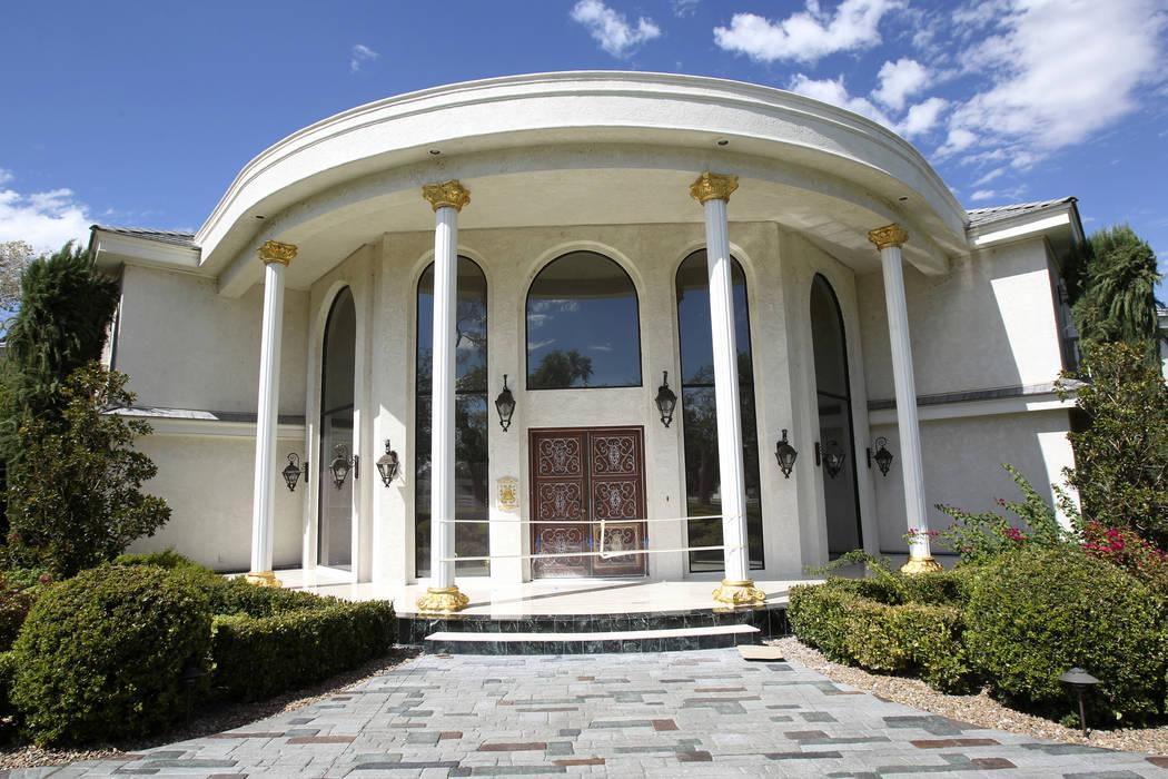 El frente de la antigua residencia de Wayne Newton, Casa de Shenandoah, el 27 de agosto de 2013 ...