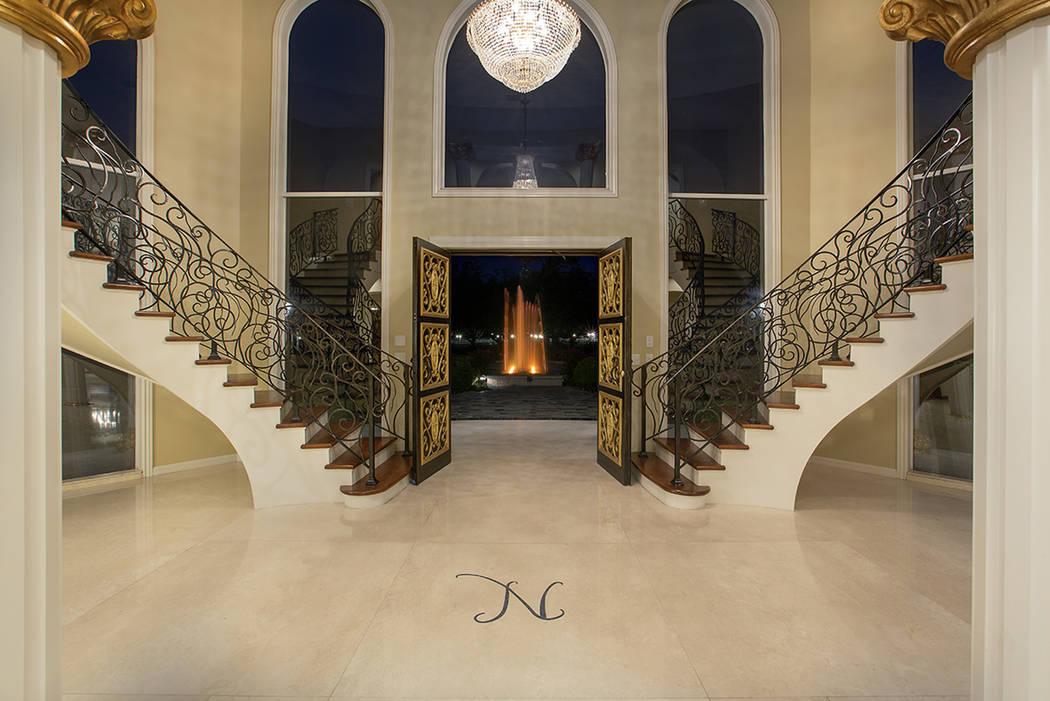 """La antigua mansión de Wayne Newton tiene la """"N"""" de Newton en la gran entrada. El empresario de ..."""