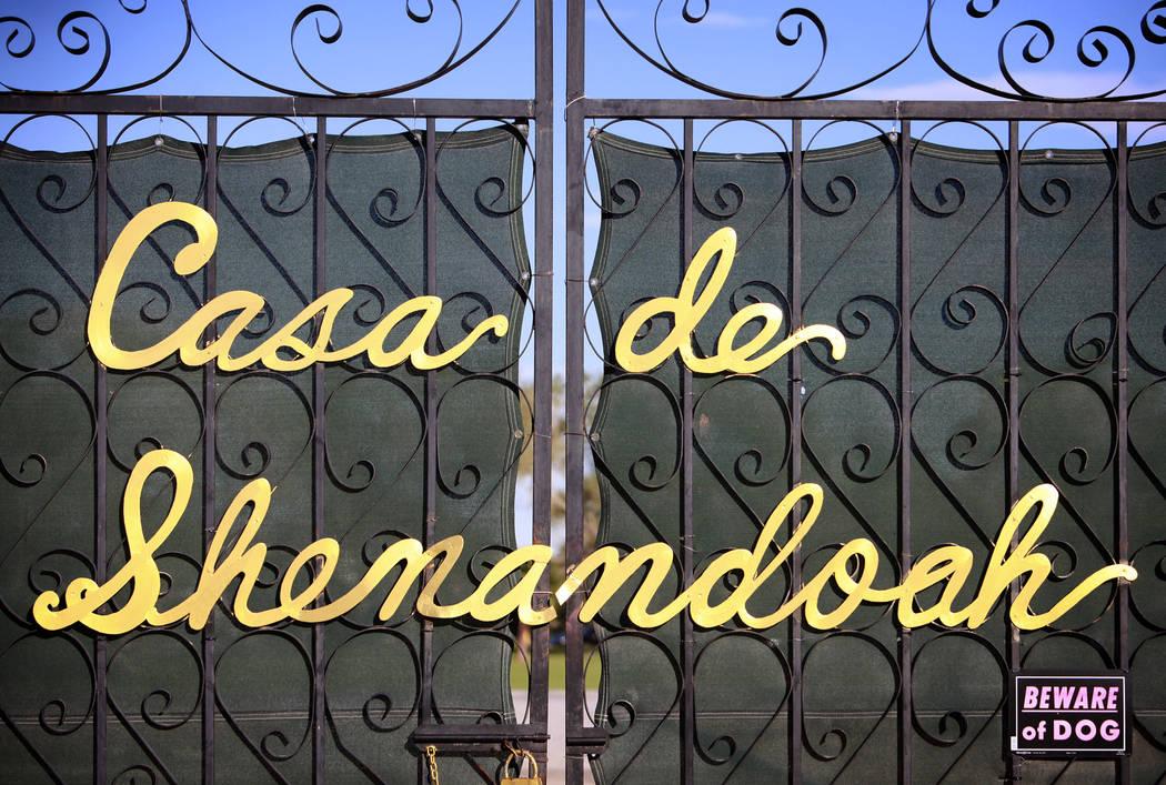Una puerta de entrada a la Casa de Shenandoah, la antigua propiedad de Wayne Newton en Las Vega ...
