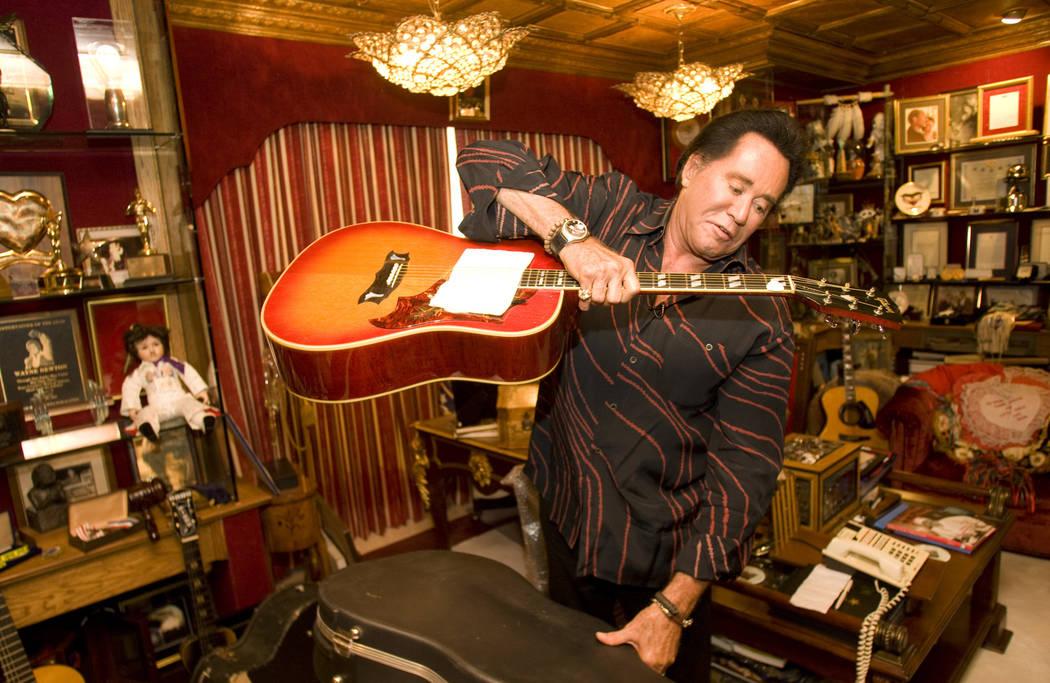 Wayne Newton sostiene una guitarra que fue un regalo de Elvis Presley, en el rancho Casa de She ...