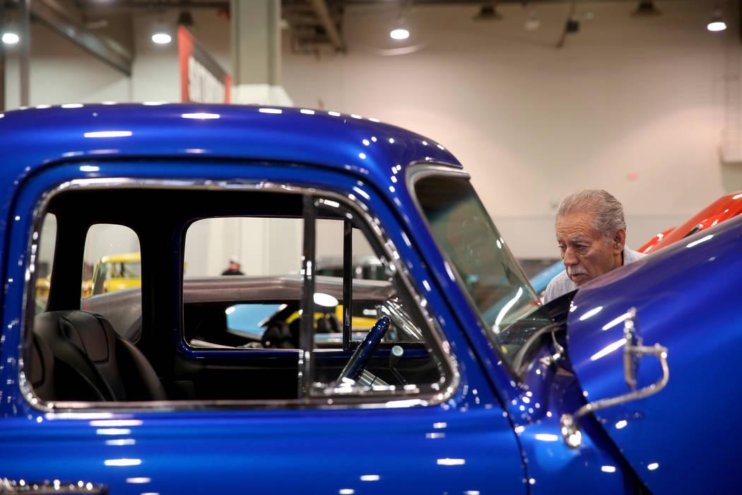 Bob Gutiérrez, de Las Vegas, revisa una camioneta Chevrolet 3100 de 5 ventanas de 1952 que est ...