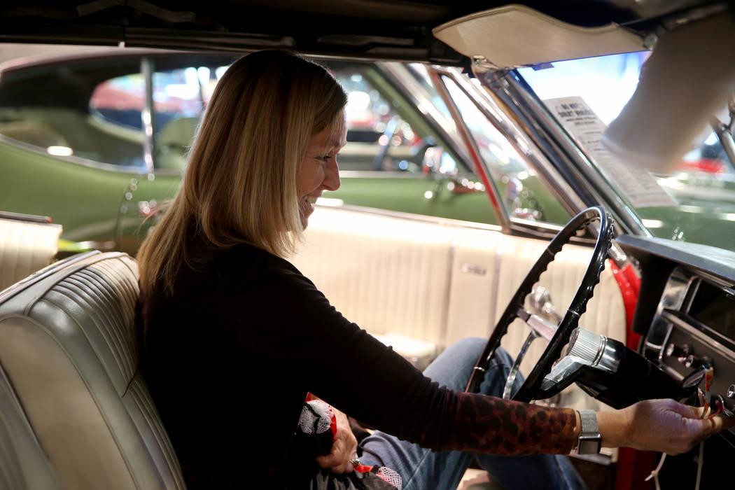 Donna Cantrell de Bakersfield, California, revisa un convertible Pontiac Parisienne Custom Spor ...