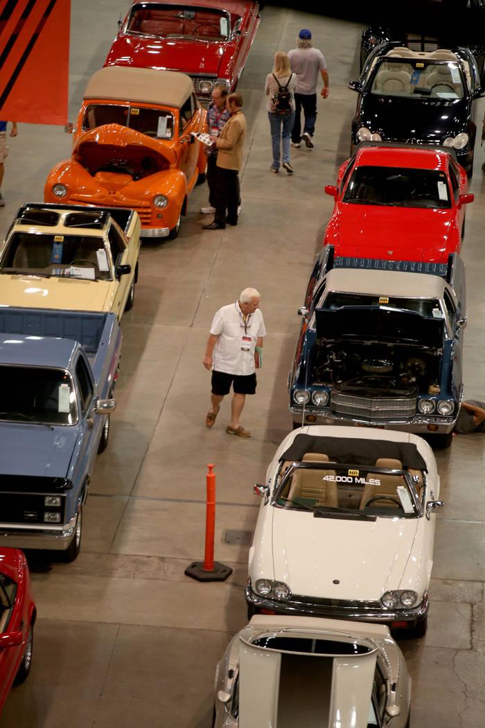 La gente echa un vistazo a los automóviles durante la subasta de Mecum Las Vegas en el Centro ...