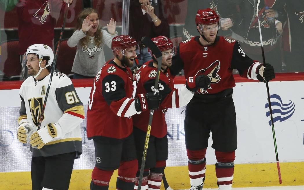 El ala derecha de los Coyotes, Conor Garland, segundo desde la derecha, celebra su gol con el d ...