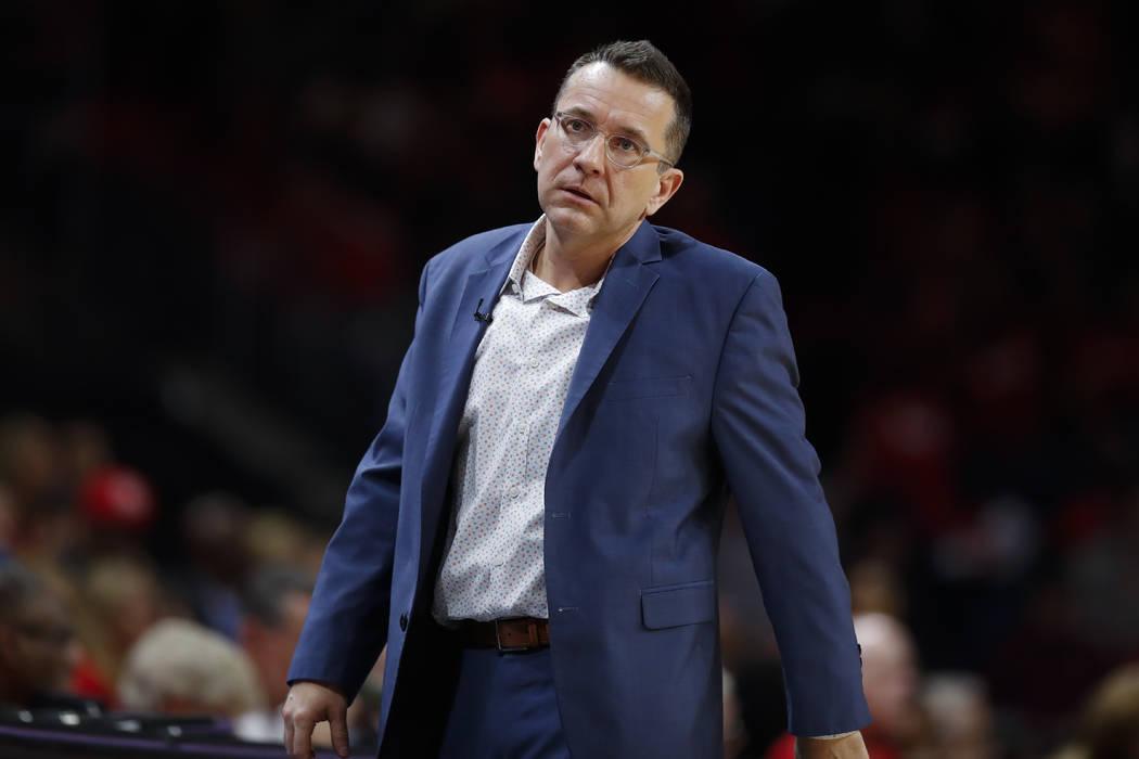 El entrenador de las Connecticut Sun, Curt Miller, camina al margen durante la primera mitad de ...
