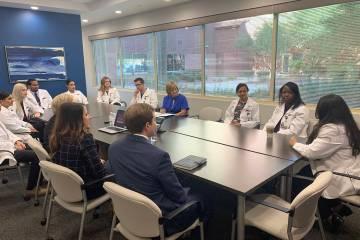 La congresista Susie Lee visitó el Hospital y Centro Médico Southern Hills el martes8 de octu ...